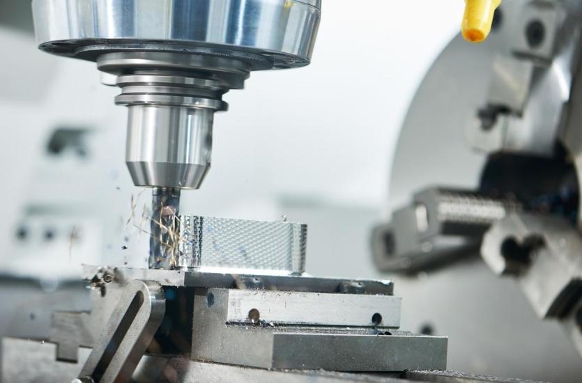 Obróbka skrawaniem na frezarce CNC . Wrzeciono skrawa metal za pomocą frezu palcowego