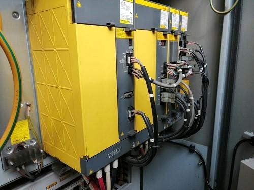 Naprawa elektroniki tokarki CNC, widok zestawu napędów od kontroli ruchu osi maszyny