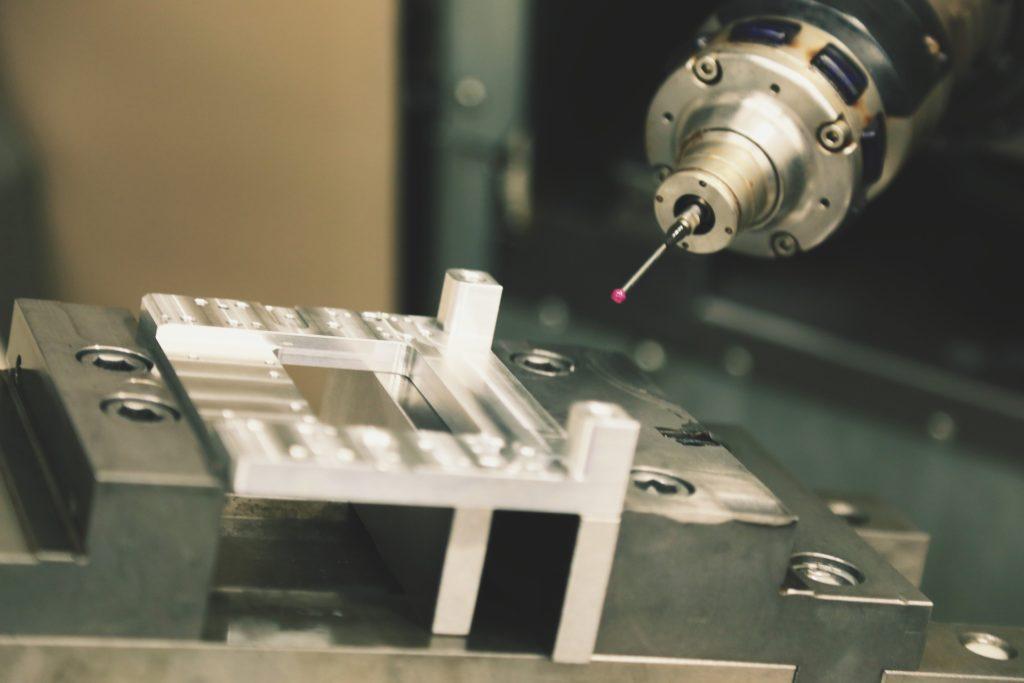 Pomiar frezowanego detalu za pomocą dotykowego czujnika frezarki cnc